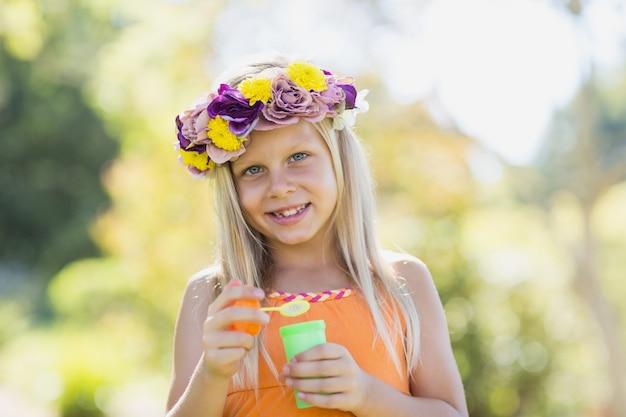 Chica joven que sostiene la varita de la burbuja