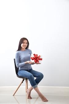 Chica joven con regalo de navidad