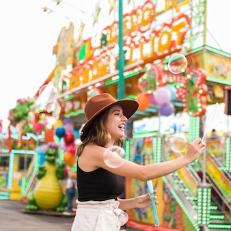 Chica joven rubia en el parque de atracciones