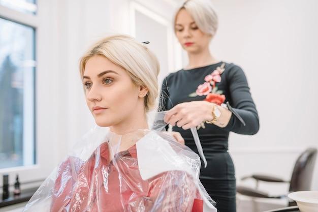 Chica joven en silla de peluquería