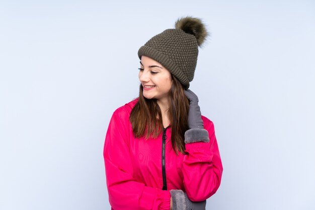Chica joven con sombrero de invierno