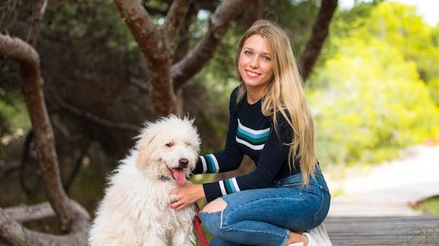 Chica joven con su perro en un parque