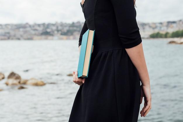 Chica joven sujetando un libro