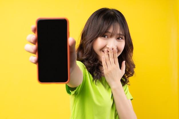 Chica joven con teléfono con expresión alegre