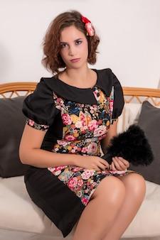 Chica joven con un vestido de estilo japonés en su casa.