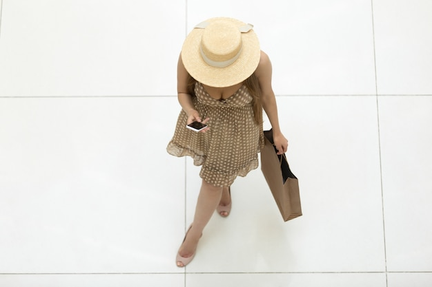 Chica joven vista desde arriba con un sombrero de paja