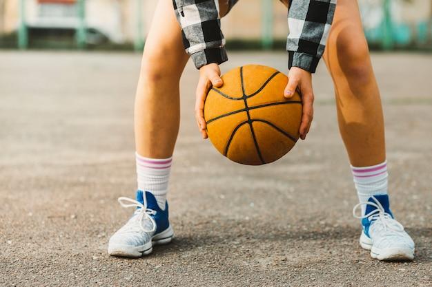 Chica jugando al baloncesto