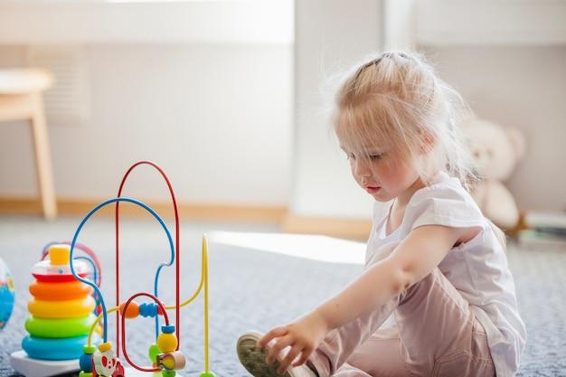 Chica con juguetes en desarrollo