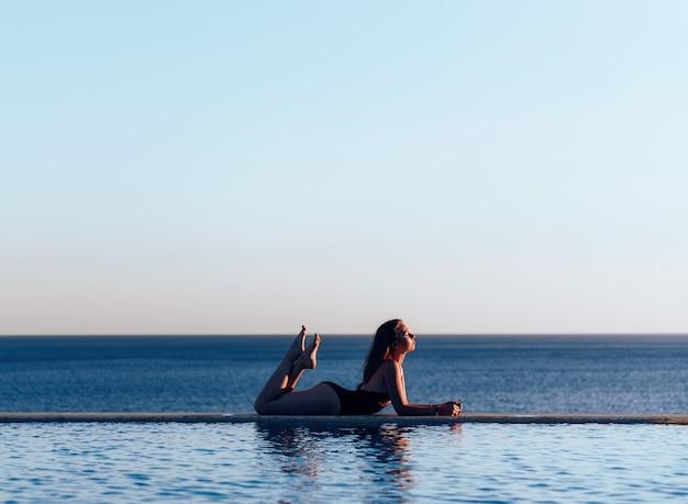 Chica junto a la piscina
