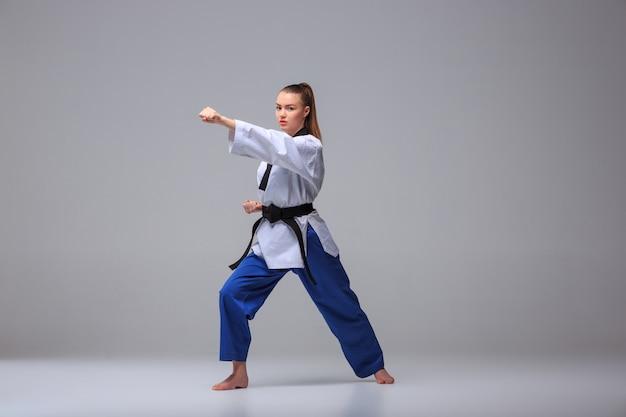 La chica de karate con cinturón negro