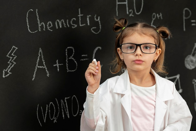 Chica en laboratorio con abrigo