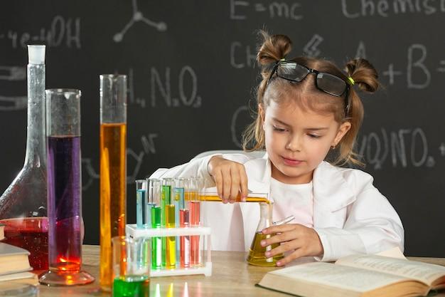 Chica en laboratorio haciendo pruebas