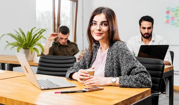 Chica con laptop en una mesa