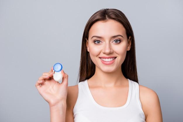 Chica con lentes de contacto en la mano