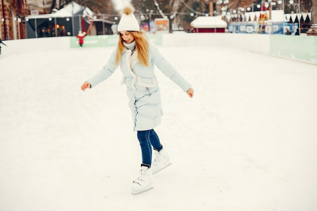 Chica linda y hermosa en una ciudad de invierno