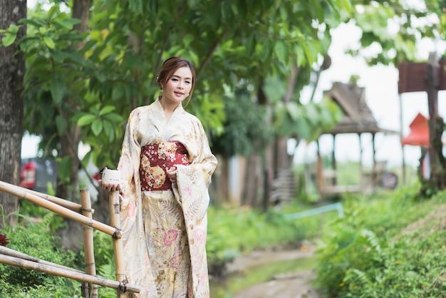 La chica linda con yukata japonés