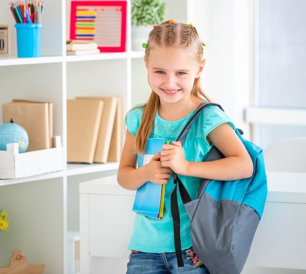 Chica lista para ir a la escuela