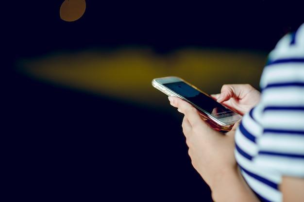 Chica de manos tocando el teléfono. negocios en línea ideas de negocios en línea y hay espacio para