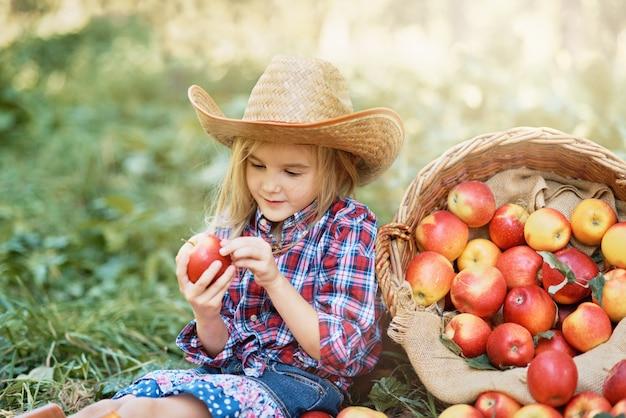 Chica con manzana en el huerto de manzanas.