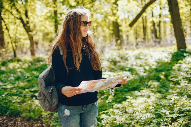 Chica con un mapa