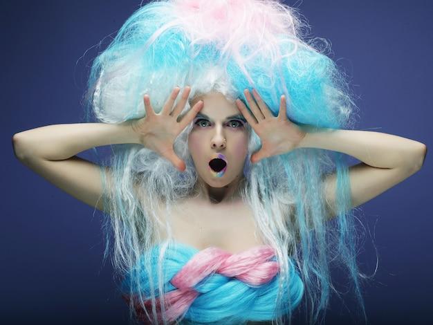 Chica con maquillaje colorido brillante