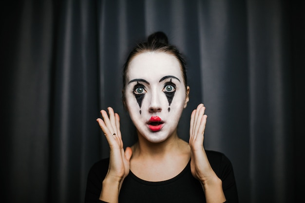 La chica con maquillaje del mimo. improvisación.