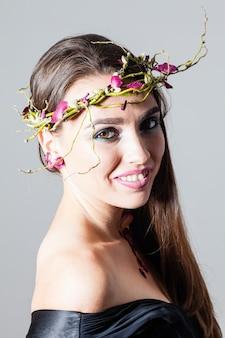 Chica con maquillaje de moda y pétalos de rosas secos tatuaje natural
