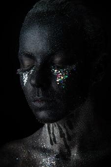 Chica en maquillaje negro con destellos