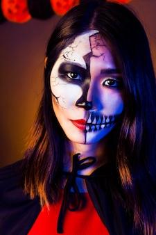 Chica con mascara de halloween