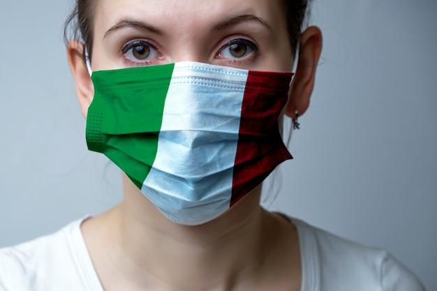 Chica en una máscara protectora médica.