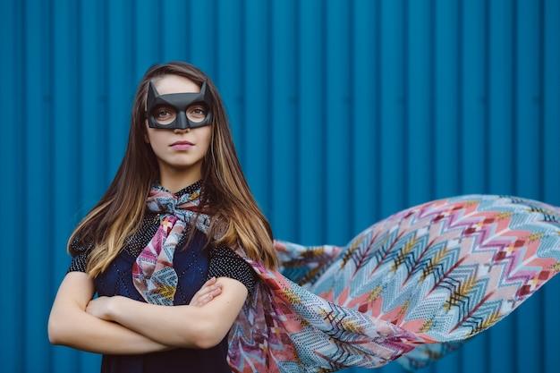 Chica con máscara de superhéroe negro