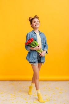 Chica con medias amarillas y flores.