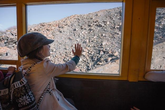 Chica mirando la colina del tren