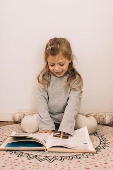 Chica mirando fotos en el libro