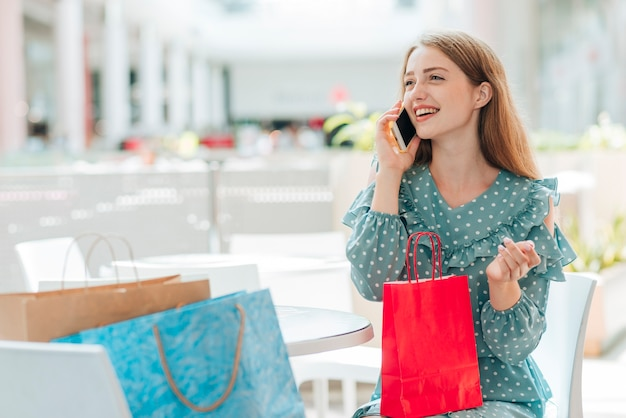 Chica mirando a otro lado y hablando por teléfono