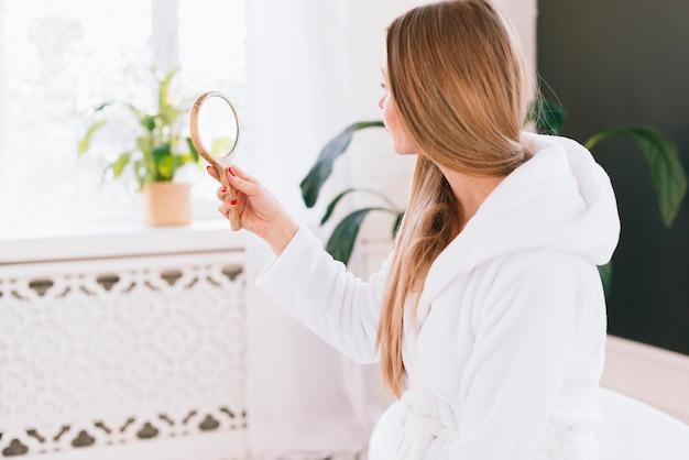 Chica mirándose a un espejo