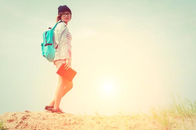 Chica con una mochila azul