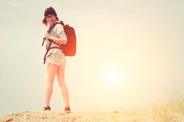 Chica con una mochila negra