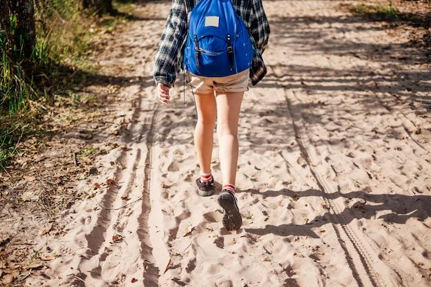 Chica mochilera caminar solo en el camino