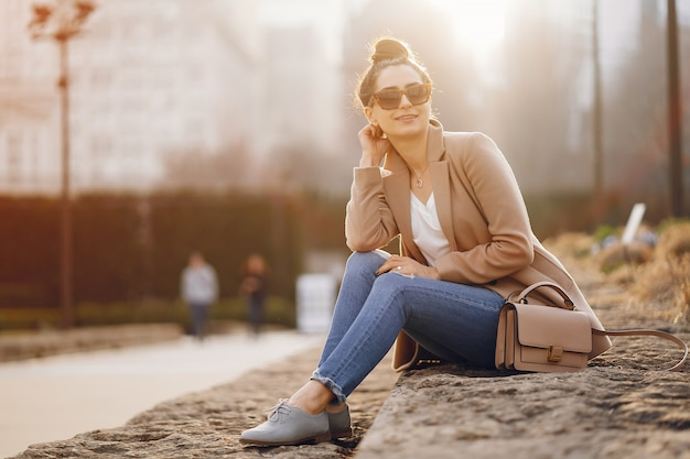 Chica de moda caminando en un parque sspring