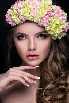 Chica de moda con flores en el pelo.