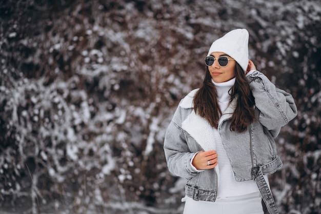 Chica de moda joven en un parque de invierno