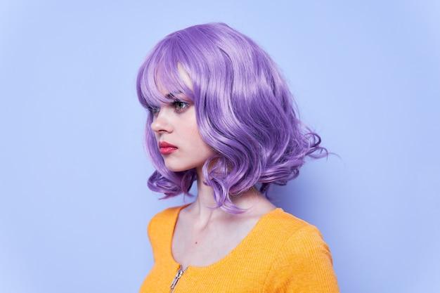 Chica de moda pelo morado vacaciones fondo azul foto de alta calidad