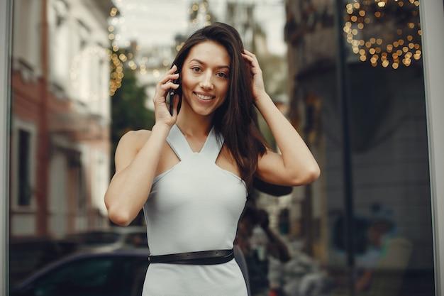 Chica de moda de pie en una ciudad de verano