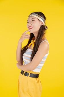 Chica de moda vestir con un gesto de la mano