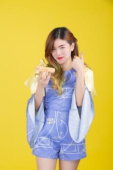 Chica de moda vestirse con un gesto de la mano
