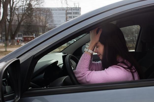 La chica molesta en el auto
