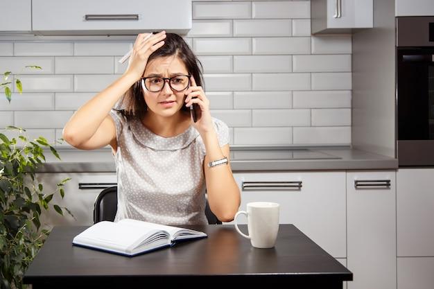 Chica molesta hablando por teléfono