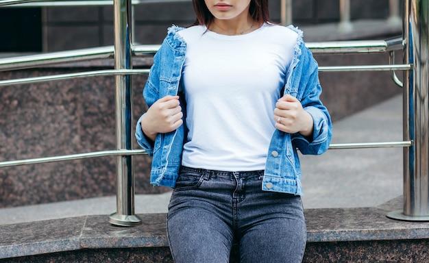Chica morena con una camiseta blanca