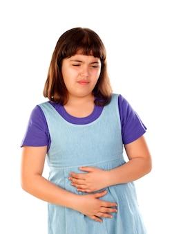 Chica morena con dolor de estómago